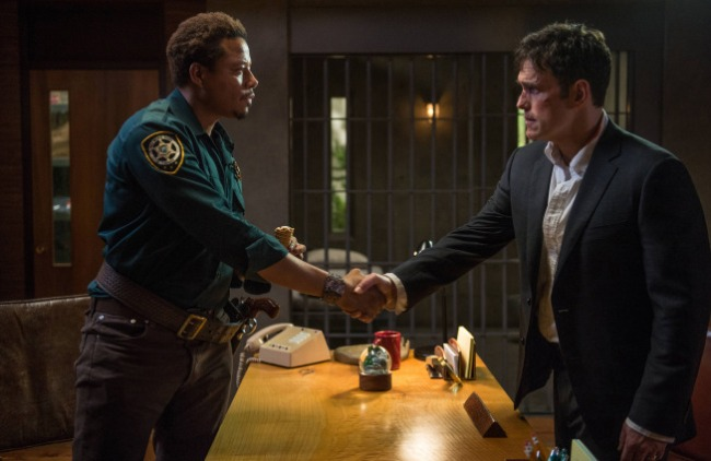 Ethan Burke rencontre le shérif Arnold Pope © Ed Araquel, Fox