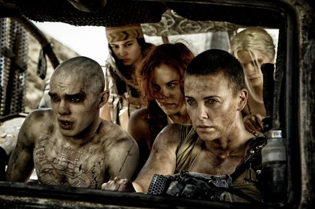 Nux, Imperator Furiosa et les femmes d'Immortan Joe, en fuite dans Mad Max Fury Road © Warner Bros. France