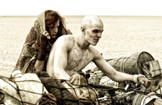 Nux (Nicholas Hoult) et Capable (Riley Keough) © 2015 Village Roadshow Films (BVI) Limited