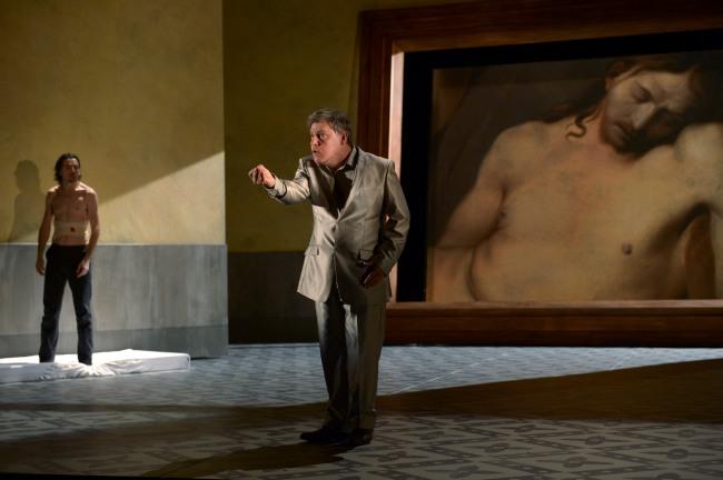 L'ombre de Sophocle (Raoul Fernandez) au milieu de la scène d'Affabulazione. © Elisabeth Carecchio