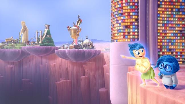 Joie et Tristesse coincés essaient de rejoindre l'île du hockey sur glace. © 2015 Disney•Pixar