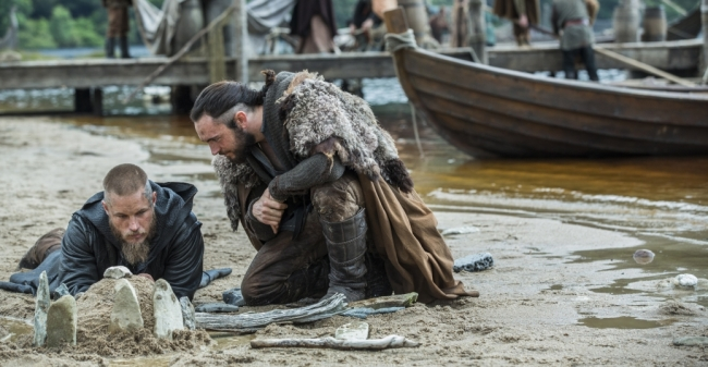 Le roi viking Ragnar Lodbrock et le prêtre Athelstan. © History Channel