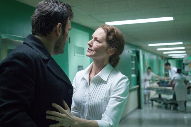 Ethan Burke (Matt Dillon) et l'infirmière Pam (Melissa Leo) dans Wayward Pines. © Liane Hentscher/FOX
