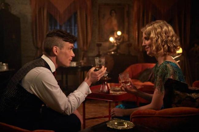 Tommy (Cillian Murphy) et Grace (Annabelle Wallis) dans la saison 2 de Peaky Blinders. © BBC Two