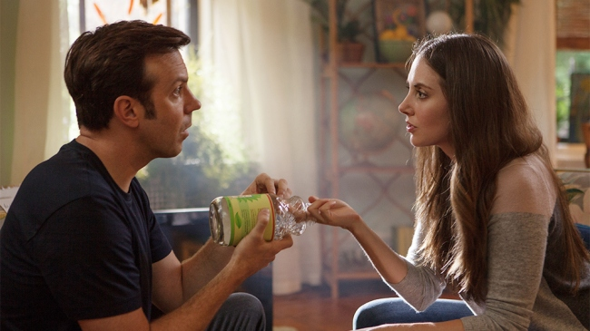 Alison Brie et Jason Sudeikis dans Sleeping with other people. © Image via IFC Films