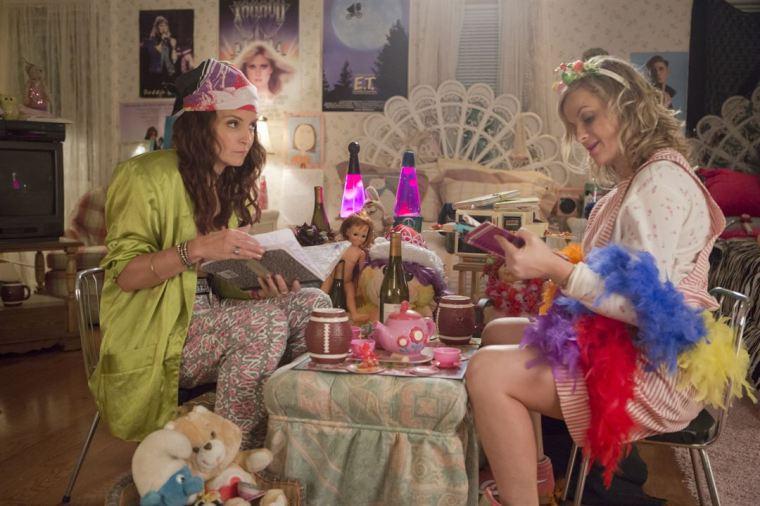 Kate (Tina Fey) et Maura (Amy Poehler) retrouvent leur chambre d'adolescente dans Sisters de Jason Moore © K. C. Bailey / Universal Pictures