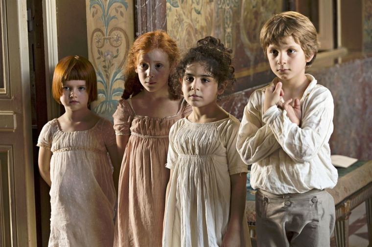Sophie (Caroline Grant) avec son cousin Paul et les Petites Filles Modèles © Jean-Louis Fernandez / LFP- Les Films Pelléas - Gaumont - France 3
