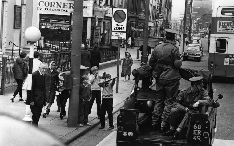 Children mocking an Army patrol in Belfast, July 1970. (Photo by Malcolm Stroud/Express/Getty Images) http://flashbak.com/photos-of-children-in-the-troubles-northern-ireland-1969-1981-53649/