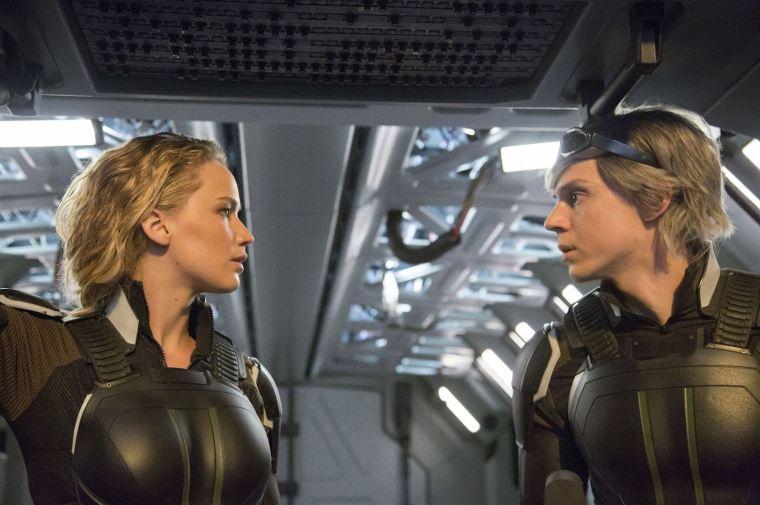 Mystique (Jennifer Lawrence) prend sous son aile le jeune Quicksilver (Evan Peters). Copyright Twentieth Century Fox France