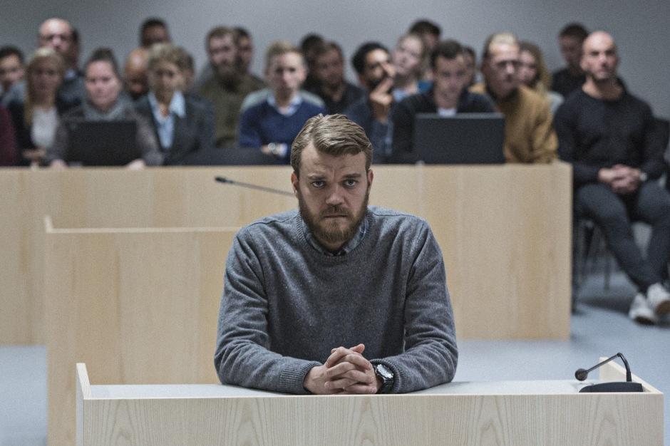 À peine de retour auprès de sa famille, Claus Michael Pedersen (Pilou Asbaek) fait face à son procès. © Studio Canal GmbH
