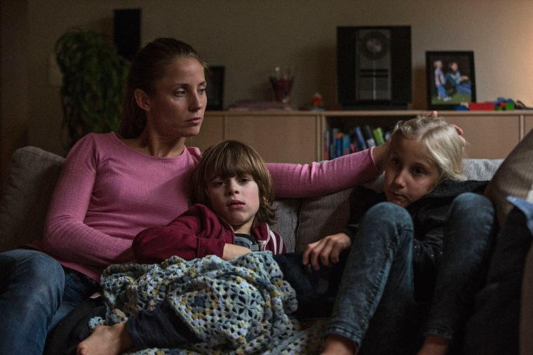 En attendant le retour inespéré de Claus (Pilou Asbaek), Maria Pedersen (Tova Novotny) tente tant bien que mal de s'occuper de ses trois enfants, affectés par l'absence de leur père. © Studio Canal GmbH