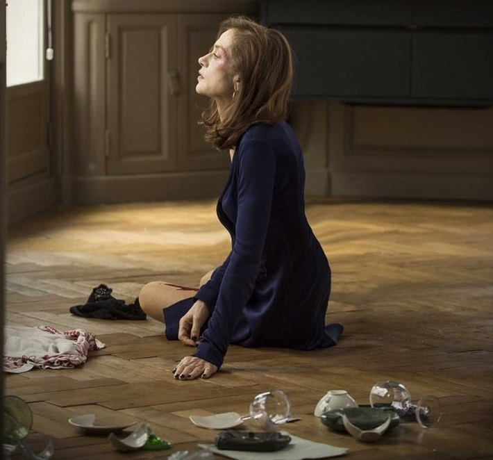 Refusant son statut de victime sans défense, Michèle (Isabelle Huppert) se lance dans la traque de son agresseur. La proie devient alors le chasseur. © capture SBS Distribution