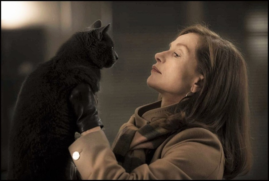 "Dans ""Elle"" de Paul Verhoeven, le chat de Michèle (Isabelle Huppert) est le seul témoin mutin et insensible de l'agression. Une posture que finira par adopter sa maîtresse tout au long du film... © capture SBS Distribution"