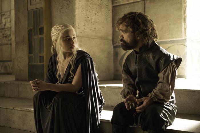 À Mereen, la relation entre Daenerys (Emilia Clarke) et Tyrion (Peter Dinklage) prend une tournure touchante. © HBO distribution
