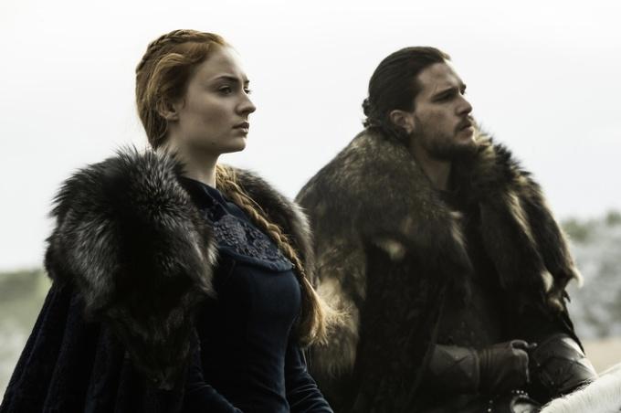 Pour la première fois depuis la saison 1, Sansa Stark (Sophie Turner) et Jon Snow (Kit Harrington) se retrouvent. Les deux aînés restants de la fratrie vont devoir s'allier pour reconquérir leurs terres et sauver l'honneur de leur Maison. © HBO distribution