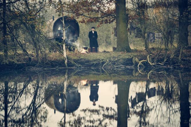 Cillian Murphy est Thomas Shelby dans Peaky Blinders © BBC (British Broadcasting Corporation)/Independant.co.uk http://www.independent.co.uk/arts-entertainment/tv/news/peaky-blinders-season-3-netflix-release-date-us-uk-cillian-murphy-a7013091.html#