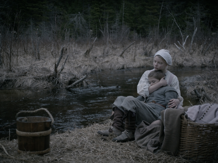 Thomasin (Anya Taylor Joy) et son petit frère Caleb (Harvey Scrimshaw) dans The Witch © Universal Pictures