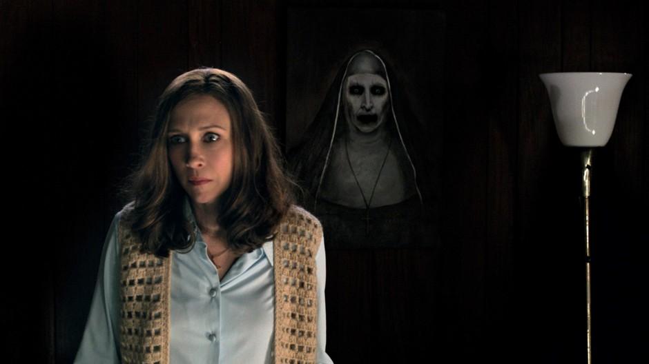 """Dans """"Conjuring 2 : le cas Enfield"""",Lorraine Warren (Vera Farmiga) devra faire face à une entité ancienne et puissante qui n'hésitera pas à ébranler sa foi et à détruire son couple. © Warner Bros"""