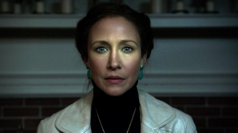 Pour résoudre les différentes affaires paranormales, Lorraine Warren (Vera Farmiga) n'hésite pas à faire appel ses dons de clairvoyance. Au péril de sa vie... © Warner Bros