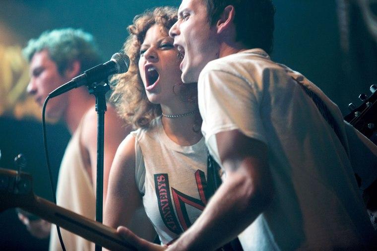 """Dans """"Green Room"""" de Jérémy Saulnier, Pat (Anton-Yelchin) et Sam (Alia Shawkat) acceptent de donner un concert au fin fond de l'Oregon pour finalement se retrouver à la merci d'un gang de skinheads très violents. ©Copyright Universum"""