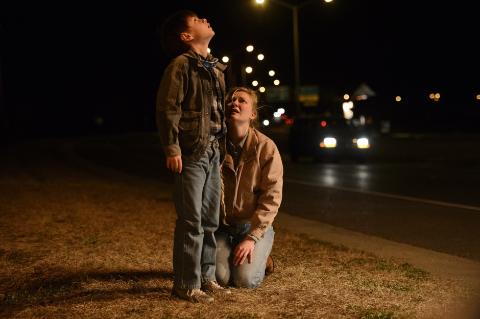 Sarah (Kirsten Dunst) et son fils Alton (Jaeden Lieberher) dans Midnight Special de Jeff Nichols © 2016 Warner Bros Entertainment Inc. and Ratpac-Dune Entertainment LLC