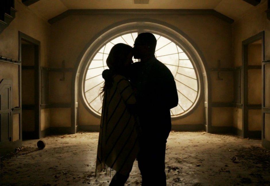 Shelby et Matt Miller (ici, Sarah Paulson et Cuba Gooding Jr.) vivent dans la peur depuis leur installation dans une petite ferme isolée et hantée, dans American Horror Story : Roanoke © FX