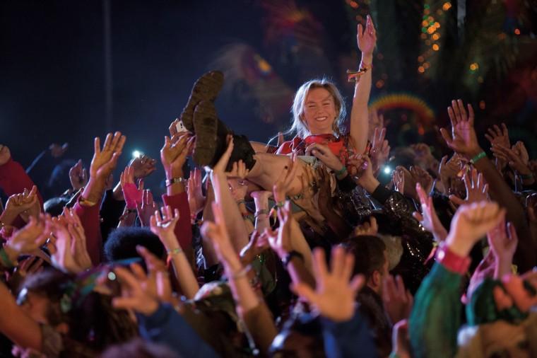Pour ce nouvel opus, la réalisatrice Sharon Maguire tente plus que jamais d'ancrer Bridget Jones (Renée Zellwegger) dans les mœurs actuelles et multiplie les signaux de modernité. Copyright 2016 Universal Studios, Studio Canal et Miramax