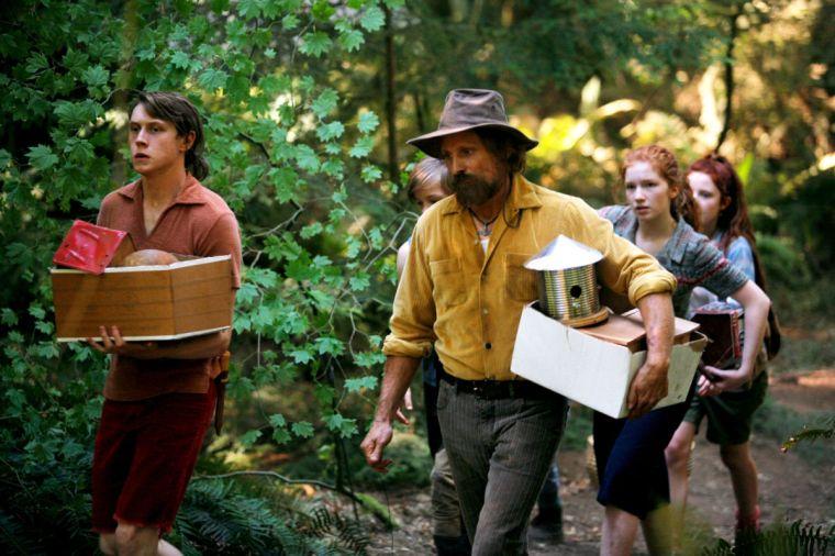 Ben (Viggo Mortensen) vit dans les bois avec ses six enfants, dont Bo (George Mackay) son aîné. © Mars Distribution