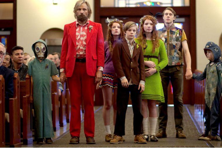 Ben (Viggo Mortensen) et ses enfants débarquent aux funérailles de la maman Leslie, dans Captain Fantastic de Matt Ross © Mars Distribution