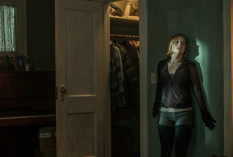 Rocky (Jane Levy déjà aperçue dans le remake d'Evil Dead en 2013) assiste impuissante au retournement de situation. Dans