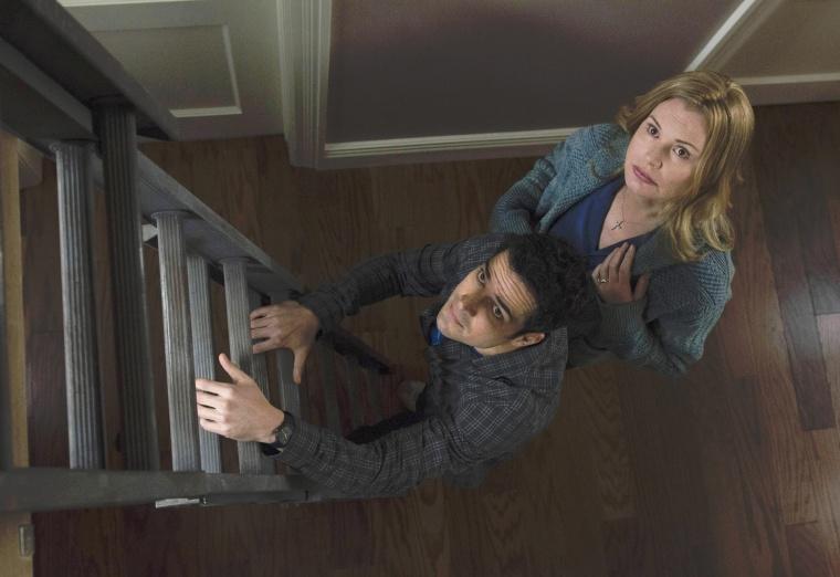 Le Père Tomas Ortega (Alfonso Herrera) vient aider Angela Rance (Geena Davis) pour faire face à des forces maléfiques... dans L'Exorciste © FOX