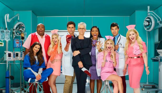 """La deuxième saison de """"Scream Queens"""" plonge les anciens et nouveaux personnages dans l'univers hospitalier. Cathy Munsch (Jamie Lee Curtis) et son équipe aura fort à faire... ©Mattius Clammer. FOX"""