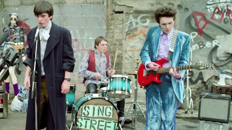 Pour séduire Raphina (Lucy Boynton), Conor (Ferdia Walsh-Peelo) crée son groupe de musique : Sing Street © Mars Films