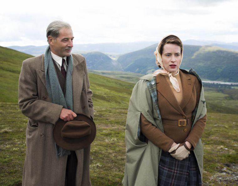 Queen Elisabeth II demande conseil au premier ministre Anthony Eden (Jeremy Northam) dans The Crown, création Netflix © Netflix