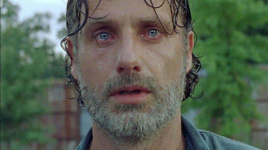 Lors de cette septième saison, le héros Rick (Andrew Lincoln) se retrouve écrasé et anéanti par la cruauté de Negan (Jeffrey Dean Morgan). © AMC