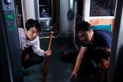 Seok-woo (Gong Yoo) et Sang-Hwa (Dong-seok Ma), passagers du train KTX, tentent de survivre à une attaque de zombies © 2015 Splendid Film GmbH