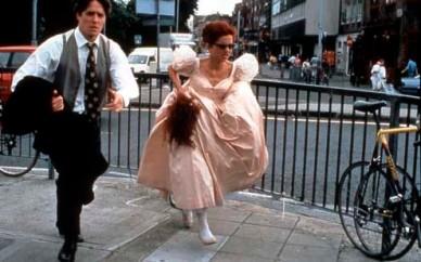 Charles (Hugh Grant) et sa colocataire Scarlett (Charlotte Coleman), encore en retard... dans Quatre mariages et un enterrement de Mike Newell © D.R.