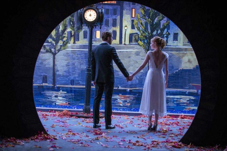 Mia (Emma Stone) et Sebastian (Ryan Gosling) amoureux, dans le Paris fantasmé de La La Land de Damien Chazelle © SND