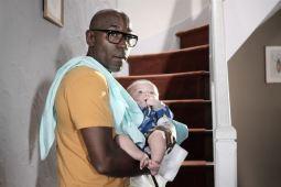 (Paul) Lucien Jean-Baptiste est papa du petit Benjamin. Une famille noire qui adopte un enfant blanc ? C'est le sujet du film Il a déjà tes yeux © UGC Distribution