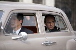 Pablo Neruda (Luis Gnecco) est traqué par Óscar Peluchonneau (Gael García Bernal) © Piffl Medien