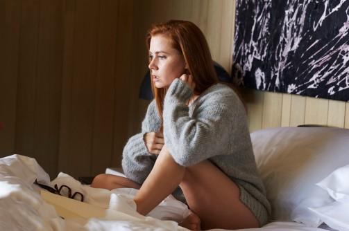 """Susan (Amy Adams) est bouleversé par la lecture de """"Nocturnal Animals"""" écrit par son ex-mari Edward (Jake Gyllenhaal) © Focus Features, LLC"""