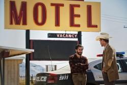 Tony Hastings (Jake Gyllenhaal) sur les traces des meurtriers de sa famille, aidé par le shérif Andes (Michael Shannon) dans Nocturnal Animals de Tom Ford © Focus Features, LLC