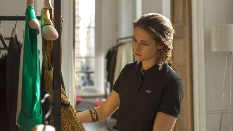 Maureen (Kirsten Stewart), une jeune américaine à Paris, s'occupe de la garde-robe d'une célébrité © Les Films du Losange