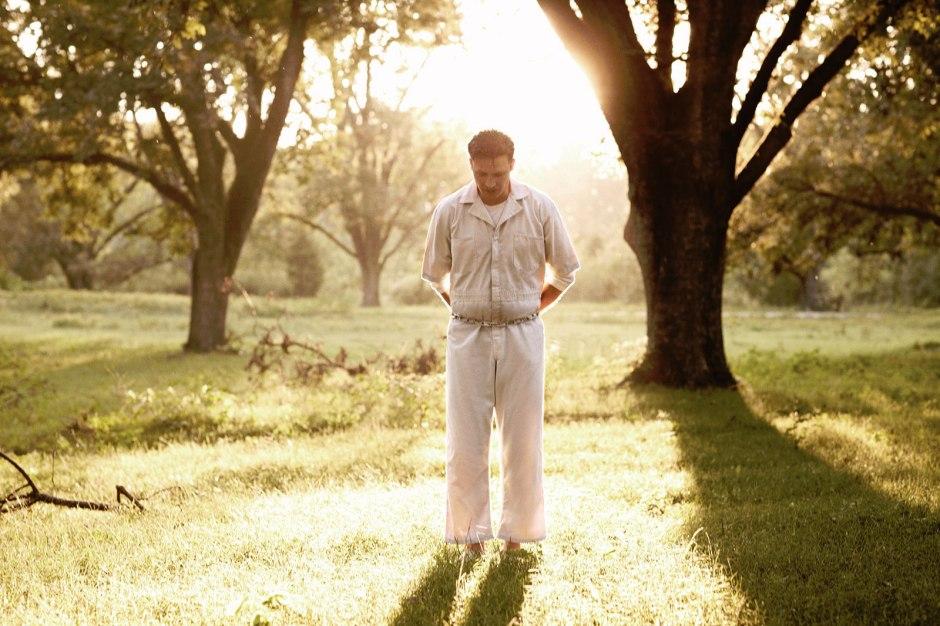 Dans la saison 1 de Rectifie, Daniel Holden (Aden Young) sort de prison, après 19 ans passés dans le couloir de la mort. © Zip Works