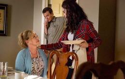 Repas familial avec Janet (J. Smith-Cameron), Amantha (Abigail Spencer) et Ted Jr (Clayne Crawford) © Sundance TV