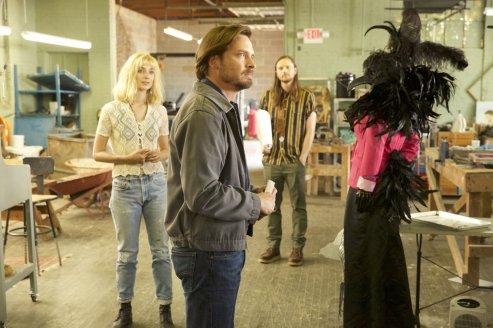 Dans cette saison 4, Daniel Holden (Aden Young) fait la connaissance de Chloé (Caitlin Fitzgerald) dans son atelier © Sundance TV