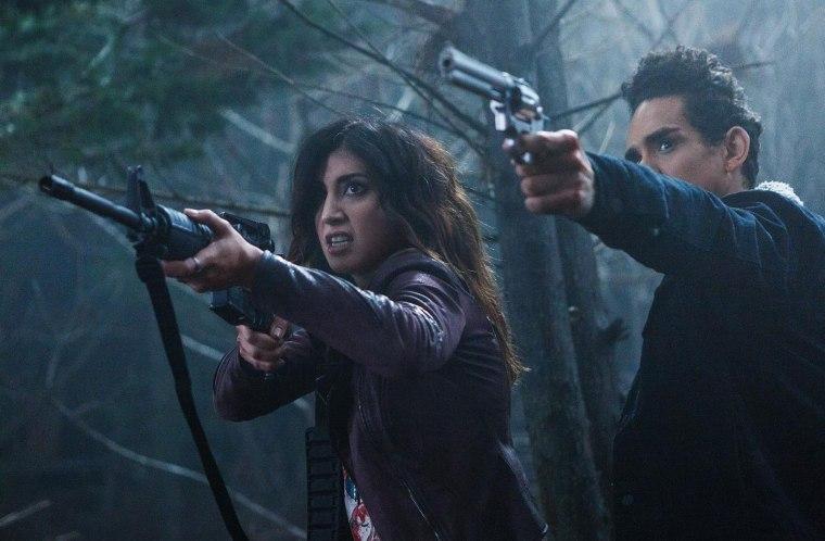 Pour la première fois, Ash (Bruce Campbell) va trouver de nouveaux alliés en les personnes de Pablo (Ray Santiago) et Kelly (Dana DeLorenzo) © Starz Entertainment