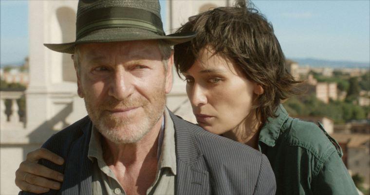 Réservée, Camille (Clotilde Hesme) mène une vie de famille rangée avec son mari Marc (Tchéky Kéryo) et son fils. Ils viendront s'installer pendant une année à la Villa Médicis. © Les Films du Losange