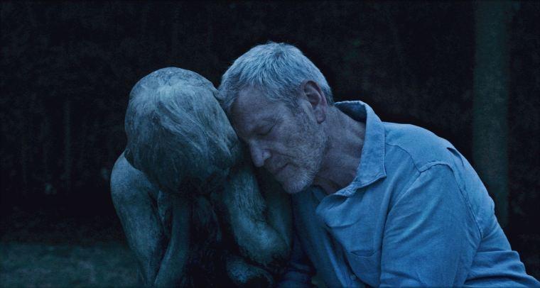 Jaloux, Marc supporte de moins en moins l'émancipation de cette dernière. Un rôle tout en ambiguïté incarné par un touchant Tchéky Karyo. © Les Films du Losange