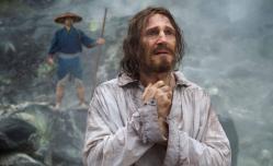 """Dans """"Silence"""" de Martin Scorsese, les prêtres Sebastian Rodrigues (Andrew Garfield) et Francisco Garupe (Adam Driver) partent à la recherche de leur mentor, le père Ferreira, incarné par Liam Neeson (photo). © Kerry Brown"""